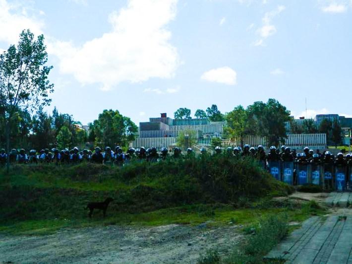 Policías y granaderos bloquean entradas de la USET sin permitir acceso. Fotografía: Anaeli Carro