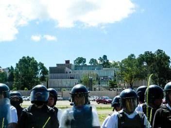 USET bloquea sus accesos con granaderos para evitar entrada de manifestantes. Fotografía: Anaeli Carro