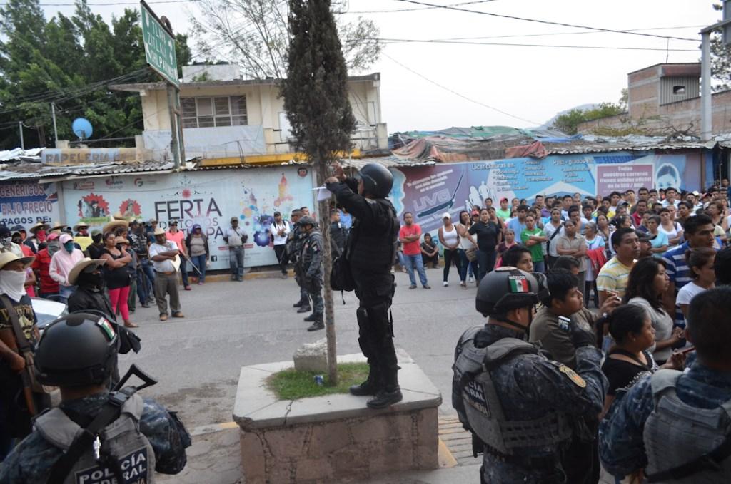 Gendarmería presencia incursión armada de grupos ligados al crimen organizado. Cabecera municipal de Chilapa Guerrero. Mayo 2015. Fotografía: José Luis Santillán