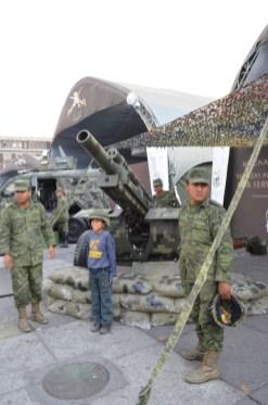 """Niño posa entre dos soldados en la exposición «La Gran Fuerza de México""""». Marzo del 2013. Fotografía: José Luis Santillán"""