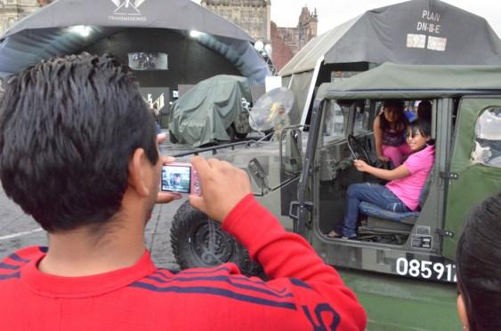Las familias citadinas, tomando fotos a sus hijos en vehículos militares. Exposición «La Gran Fuerza de México». Marzo del 2013. Fotografía: José Luis Santillán
