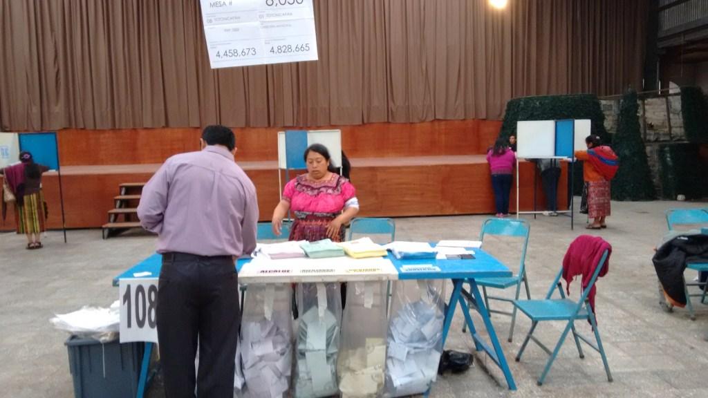 Una mesa de votación en el centro de Chuimeq'ena'. Fotografía: Ita del Cielo