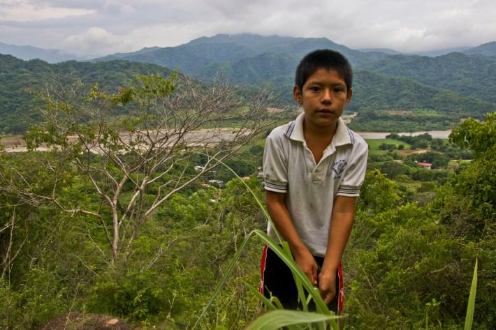 Jovany originario de Paso, él fue uno de nuestros guías para conocer parte de la comunidad, con gran agilidad para subir los montes nos lleva a la cúspide para observar el río Verde y su hermoso follaje. Fotografía: Marlene Mondragón