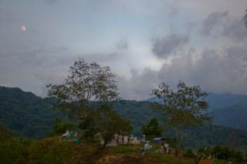 En el panteón del pueblo se alcanza a divisar el río Verde fuente de vida, para los paceños. Fotografía: Marlene Mondragón
