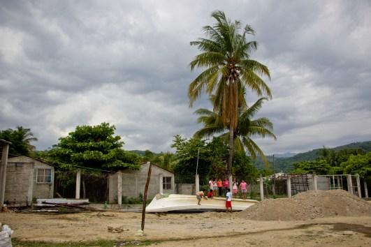 La formas de vida de los pueblos mixtecos, chatinos y afromexicanos en la región Sierra Sur de Oaxaca se centran en los recursos que provienen del Río Verde; su alimentación, su economía, la forma en que desarrollan su día a día. En el río lxs niñxs se bañan y divierten, los hombres y las mujeres pescan conga (camarón) con chalmacas para llevar la comida a su hogar: Fotografía Marlene Mondragón