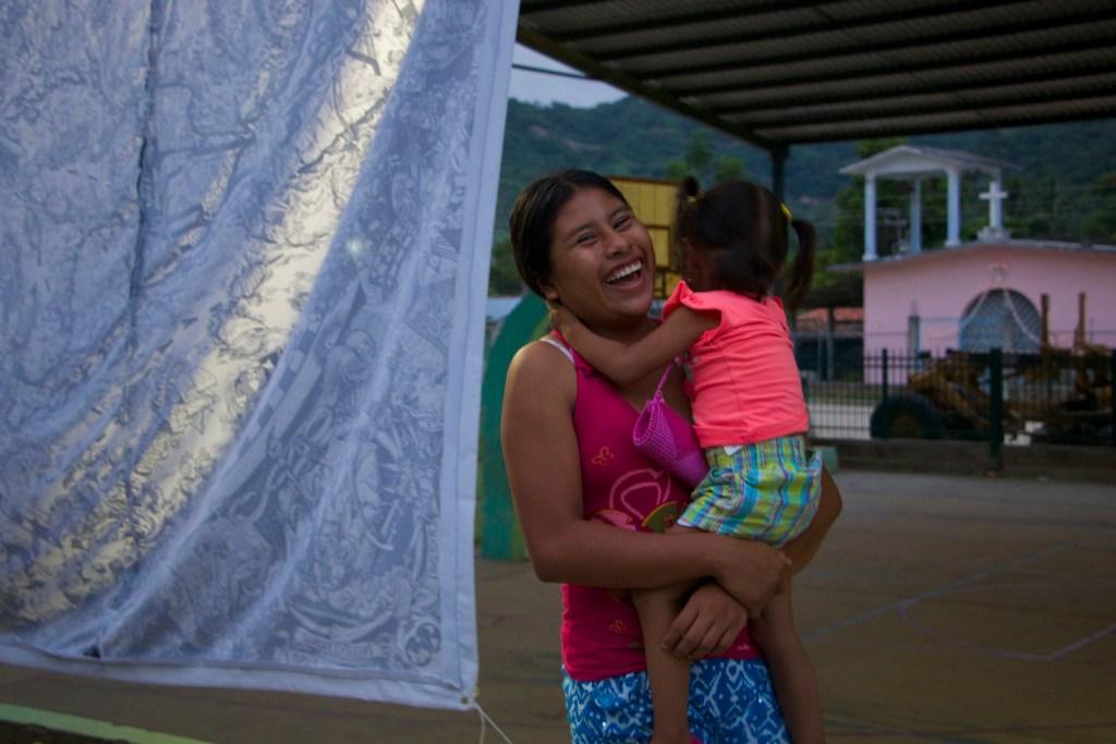La alegría de la comunidad se refleja en su Buen Vivir, las mujeres son parte importante del movimiento en contra de los megaproyectos de muerte. ellas siempre defienden la vida con cada sonrisa. Fotografía: Marlene Mondragón