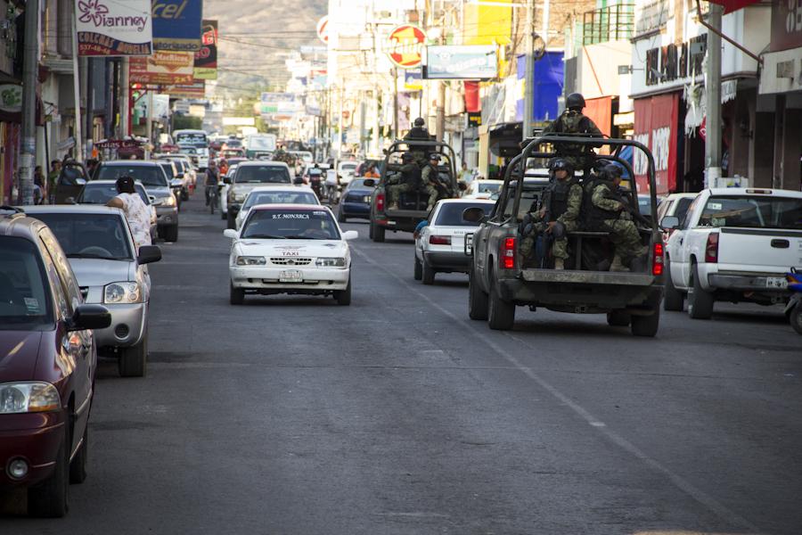 Uno de los aspectos fundamentales en la constitución de las ZEE es el control militar de la población. Fotografía: Heriberto Paredes