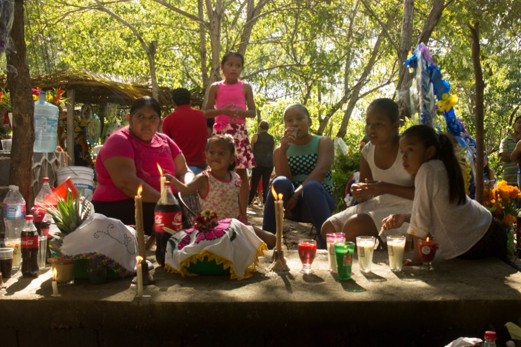 Fotografía por Elis Monroy. Tumba de Don Trino en el panteón de la Ticla, Ostula, Michoacan, 2 de noviembre de 2015