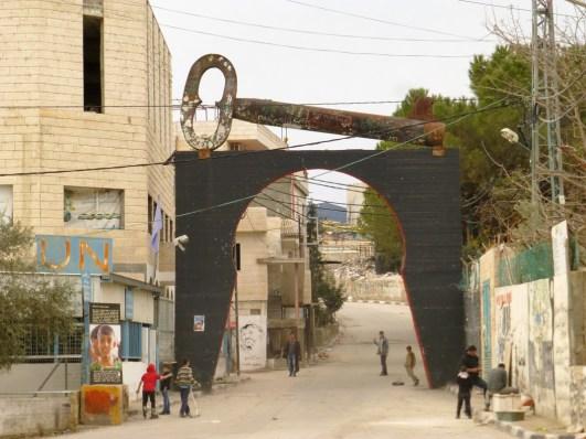 La entrada al campamento Aida carga el símbolo de la lucha por el retorno de las 5,000 familias, la llave que se llevaron cuando tuvieron que abandonar sus casas en 1948. Fotografía: Susana Norman