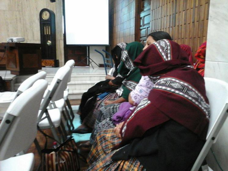Mujeres asistentes al juicio se cubren el rostro en solidaridad con las mujres agredidas. Fotografía: Centro de Medios Libres Guatemala