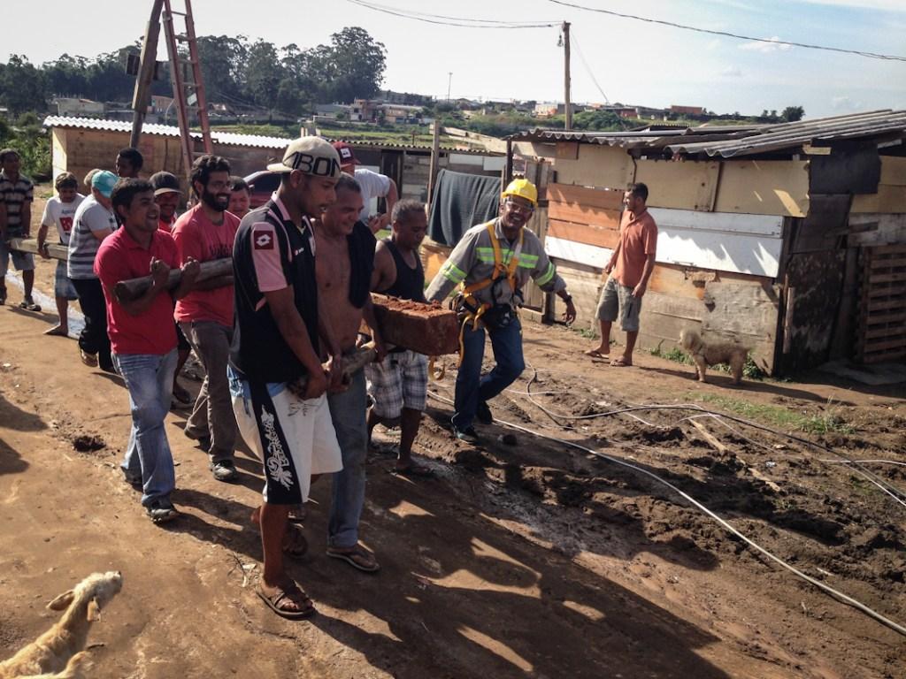 Trabajos para obtener servicios básicos en la periferia de São Paulo. Fotografía: Heriberto Paredes