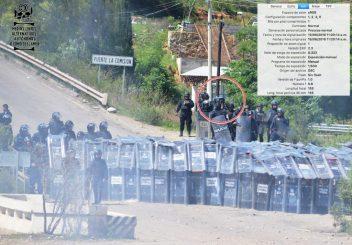 [Foto 1] 11:20:14 a.m. se ve a un elemento policial documentando con su teléfono celular los acontecimientos en ese momento.