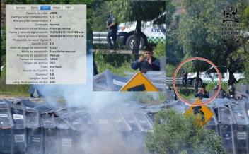 [Foto 3] 11:21:23 a.m. Se ve a un elemento policial documentando con su móvil, en la parte trasera junto a la camioneta de policía vial, se aprecia un elemento con un arma larga.