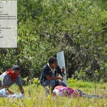 [Foto 8] 11:25:16 a.m. se aprecia a Yalid Jimenéz tirado en el suelo junto a otra persona, en ese momento ya se encontraba herido de bala, intentando auxiliar a los heridos están otras dos personas, el de playera negra trata de proteger a Yalid, su mirada se dirige hacia donde provenían los disparos...