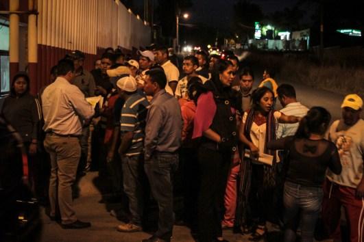 Durante la audiencia los abogados representantes del ministerio público sostuvieron la versión de que los comuneros atravesaron un autobús frente al crucero del Walt Mart y atacaban a los conductores para bloquear la vialidad. Mientras que los videos de la acción muestran claramente que el autobús fue detenido por un operativo que los esperaba en ese punto para detenerlos después de la reunión que sostuvieron con la secretaria de gobierno de Michoacán. Foto: Cristian Leyva