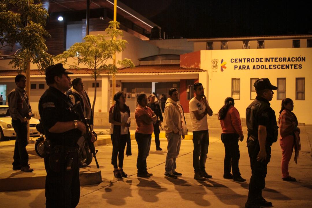 Entrada de los familiares al tutelar de menores de Michoacan, para la audiencia de los 38 detenidos del 4 de abril. La audiencia inicio a las 22:50 hrs y concluyo a las 2:07 horas, a determinación del juez Cristóbal Luviano Tena, se dictó la vinculación a proceso de todos los comuneros. Foto: Cristian Leyva