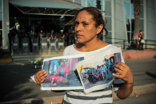 Procuraduría General de Justicia de Michoacán, en la imagen la esposa de un comunero detenido del 4 de abril, en plantón para exigir su liberación. Foto: Cristian Leyva