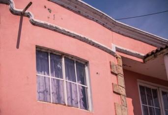 08/04/2017. Las balas atravesaron ventanas y puertas, al interior aun encontramos restos del saqueo del domicilio allanado con violencia. Fotografía: Cristian Leyva