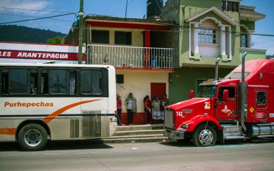 08/04/2017. Centro de la comunidad de Arantepacua donde pueden apreciarse más unidades de autobuses y tráileres. Fotografía: Cristian Leyva