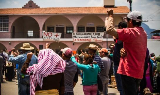 08/04/2017. El paso del féretro de Santiago Crisanto Luna por la plaza de Arantepacua. Fotografía: Cristian Leyva