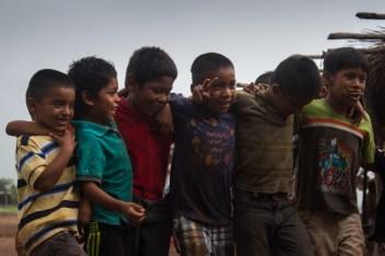 Niños bailando el día del octavo aniversario. Fotografía: Sari Dennise