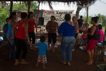 Mujeres de Xayakalan bailando. Fotografía: Sari Dennise