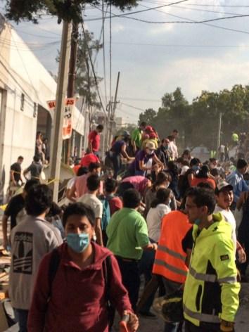 En el cruce de Zapata y Prolongación Petén, colonia Emperadores, cientos de personas se reunieron para quitar los escombros de un edificio colapsado. Fotografía: Agencia Subversiones, licencia copyfarleft P2P.