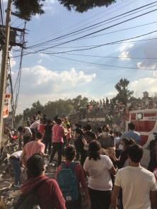 Manos solidarias para sacar personas de los escombros en Zapata y Prolongación Petén. Fotografía: Agencia Subversiones, licencia copyfarleft P2P.