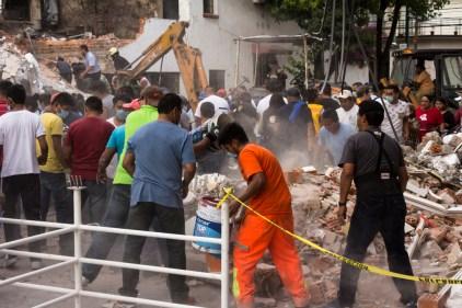 La solidaridad para sacar a personas con vida de los escombros en Bretaña e Irolo, colonia Zacahuitzo. Fotografía: Agencia Subversiones, licencia copyfarleft P2P.