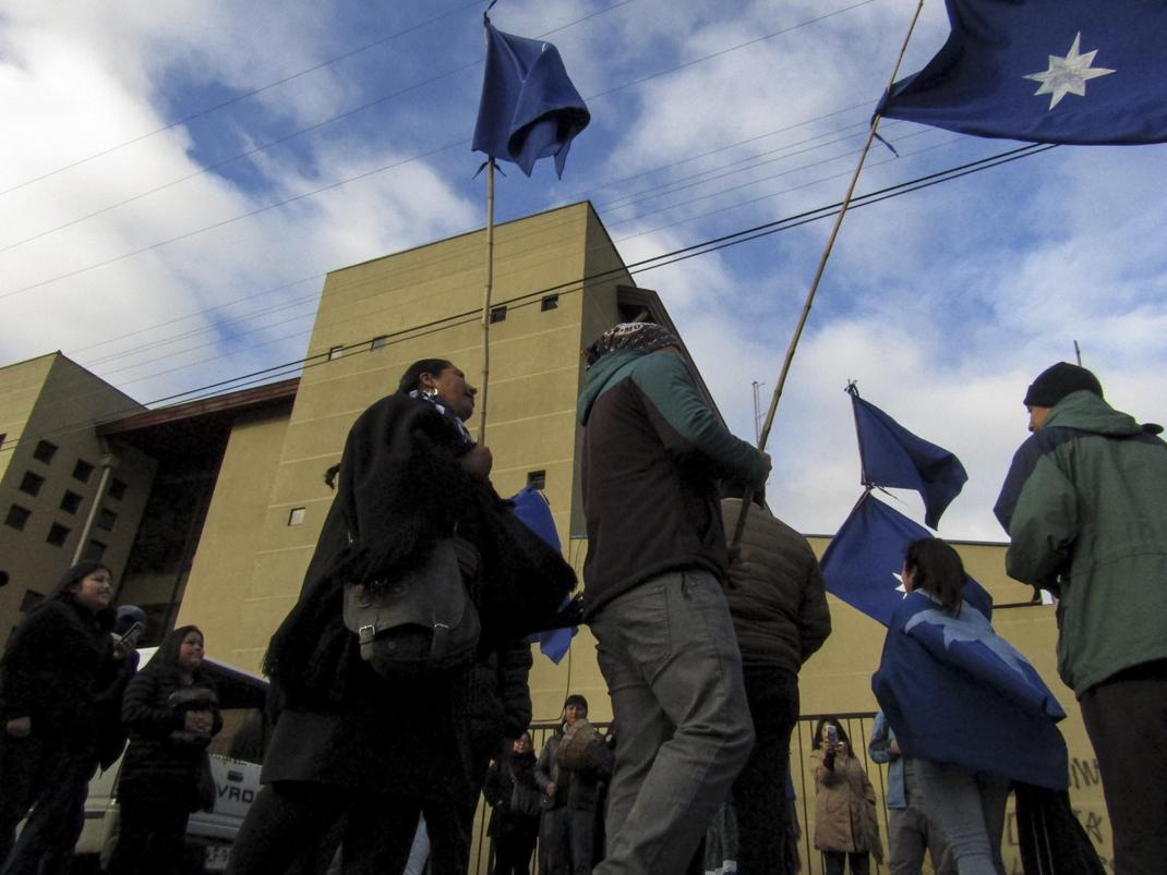 Movilización mapuche afuera de tribunales (foto Felipe Durán)