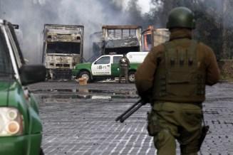 Quema de camiones y custodia policial (foto Felipe Durán)