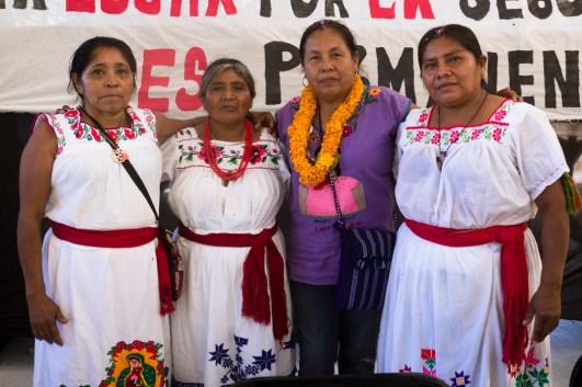 Comuneras de Xayakalan con Marichuy.