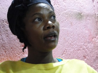 Haitiana trabaja para llevar su hijo que esta haiti a Brasil_foto Renata Bessi