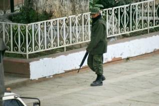 Militares y policias ingresan a comunidad