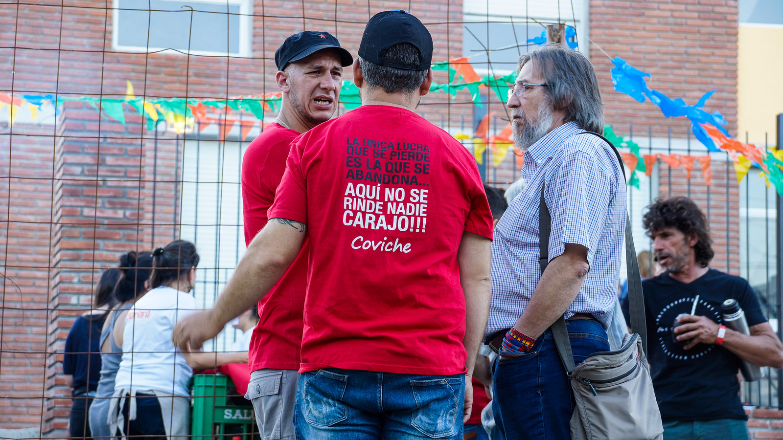 Gustavo González, dirigente histórico de FUCVAM, platica con socios de Coviche