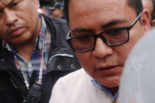 Jesús García del área de concertación política intenta disolver la protesta que cierra el tránsito del Eje Central Lázaro Cárdenas.