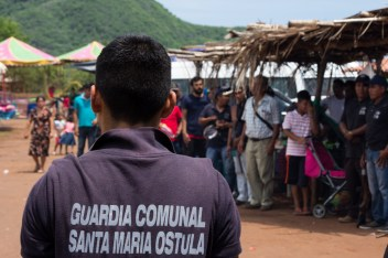 La seguridad de la comunidad está garantizada por la Guardia Comunal, un pilar fundamental de la organización autónoma.