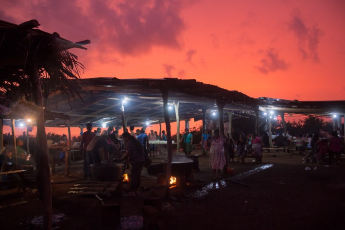 La noche previa a la conmemoración de la toma de tierras, la comunidad de Xayakalan se reúne en la ramada, como ya es tradición, para preparar la fiesta del día siguiente.