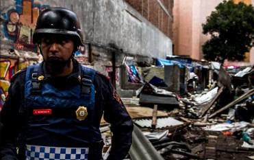 Oficial E. Moreno R. tras demoler las viviendas desalojadas en el predio de Londres #7 y Roma #18.