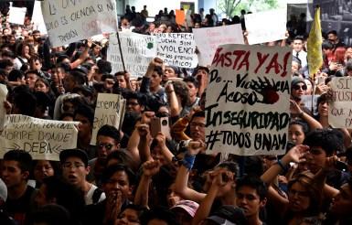 Basta de Inseguridad / Aurea Itandehui Ramírez Estudiantes de la UNAM y de otras universidades como el IPN,ENAH, UAM y otras se citaron en la Facultad de Ciencias Políticas y Sociales para marchar a Rectoría. El metro de Ciudad Universitaria fue rebasado por los manifestantes que no dejaron de corear «Fuera porros de la UNAM»
