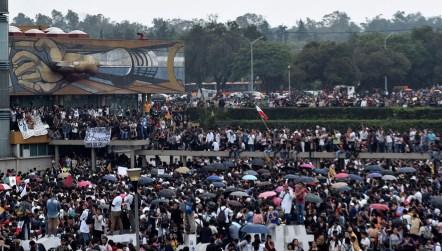 UNAM organizada / María Esparza Helicópteros y drones sobrevolaban Rectoría. Bajo ellos miles de jóvenes observaban la llegada de contingentes de CCH, ENP y facultades y escuelas solidarias.