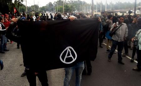Formas de lucha / Aurea Itandehui Ramírez El grupo libertario optó por la acción directa como método de presión contra las autoridades, no sólo tiene que estar en el discurso, sino también en ciertas acciones, algunas condenadas, que visibilizan más la represión.