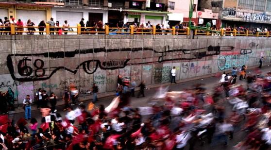 Contingentes cantan por muertos del 68 Foto por Ita Ramirez