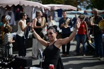 22 spt. 2018. Se escuchan los tambores y los cantos en apoyo al mercado de La Plana.