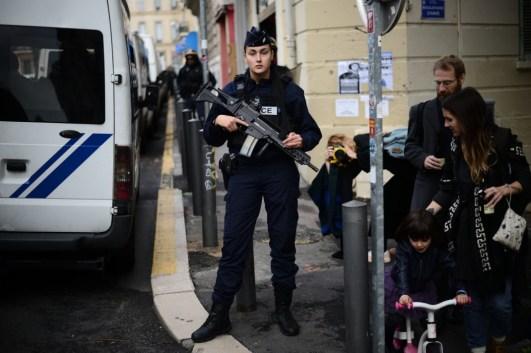1 nov. 2018. La Plana contra La Soleam, día 22. La Plana, entre el muro y la policía.