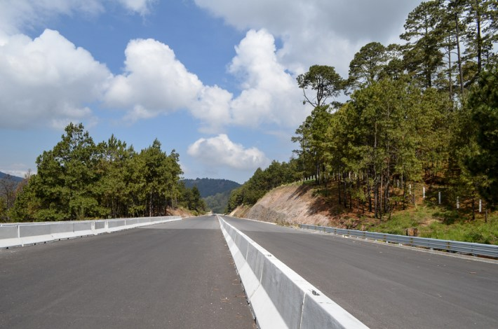 10 de junio de 2018. Para 2018 la mayor parte del tramo carretero que cruza el polígono comunal de San Lorenzo Huitzizilapan está prácticamente concluido, sin embargo la comunidad mantiene una lucha jurídica en tribunales para que se revierta esta autopista. Fotografía: José Luis Santillán