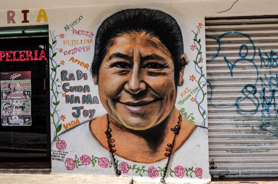 00.- Mural con el rostro de América Morales, quien es reconocida en la comunidad indígena Otomí de San Francisco Xochicuautla por sus actividades espirituales. Fotografía: José Luis Santillán, tomada en Octubre del 2015.