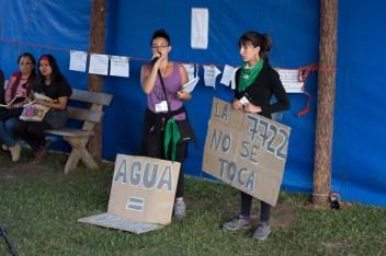 La ley 7722 regula la actividad minera prohibiendo el uso de sustancias químicas tóxicas en la minería, en la provincia de Mendoza, Argentina. Recientemente el gobierno pretende modificarla para abrir paso a megaproyectos extractivos en ese territorio. Foto por Regina López.