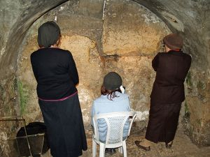 Women_praying_in_the_Western_Wall_tunnels_by_David_Shankbone.jpg