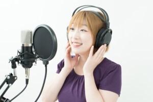 レコーディングする可愛い歌手の画像